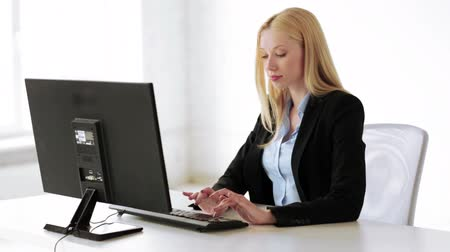 titkár : attractive business woman working with computer in office
