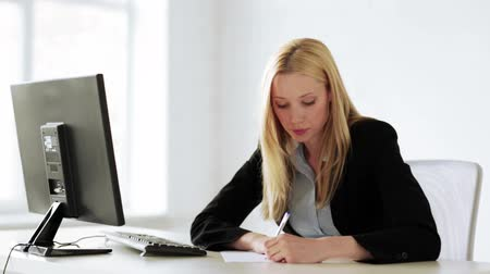 бухгалтер : attractive business woman working with papers in office