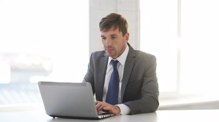 банкир : technology, business and office concept - handsome businessman working with laptop computer Стоковые видеозаписи