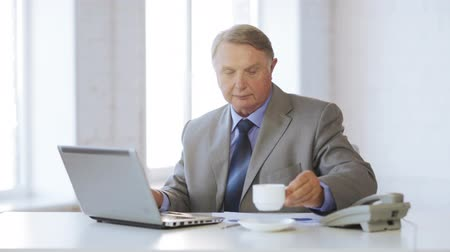 бухгалтер : business, office, oldness, school and education concept - old man working with laptop computer drinking coffee