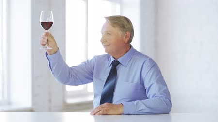 bebida alcoólica : food, drink, leisure, beverages concept - expert in suit and tie with a glass of red wine Stock Footage