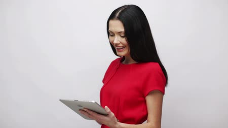 планшетный компьютер : office, business, education, technology and internet concept - businesswoman or student with tablet pc