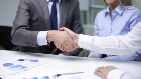 stretta di mani : business handshake concetto - due uomini d'affari agitando le mani