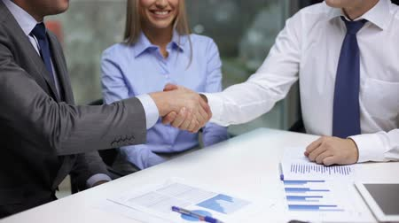 tratar : business handshake concept - two businessmen shaking their hands