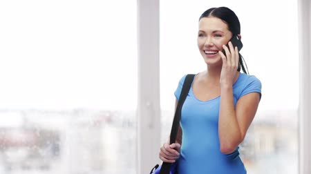 смеющийся : education, technology and people concept - smiling student with bag and smartphone