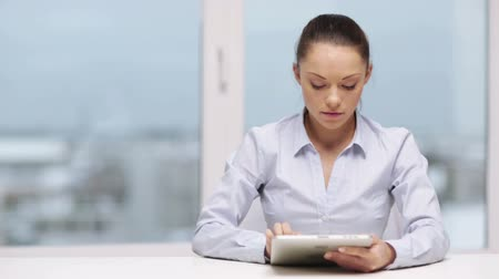 checagem : office, business, technology and internet concept - serious businesswoman with tablet pc