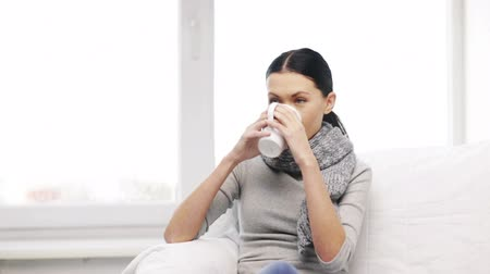 orvostudomány : healthcare and medicine concept - ill woman with flu at home Stock mozgókép