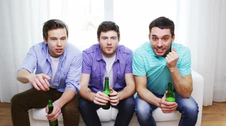 вентилятор : friendship, sports and entertainment concept - happy male friends with beer watching tv at home Стоковые видеозаписи