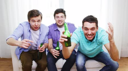 вентилятор : friendship, sports and entertainment concept - happy male friends with beer watching tv and clinking at home