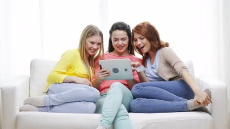 купить : friendship, money, shopping, technology and internet concept - three smiling teenage girls with tablet pc computer and credit card at home Стоковые видеозаписи