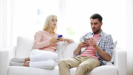 наркомания : family, technology, relationship difficulties and people concept - couple with smartphones texting at home