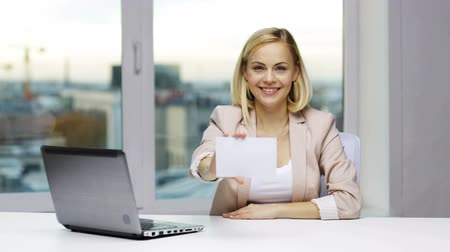 reklama : business, people, announcement, invitation and advertisement concept - smiling businesswoman with laptop computer showing blank paper card at office