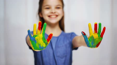 kreatywność : education, school, creativity, art and painting concept - smiling little student girl showing painted hands at home
