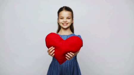 almofada : love, valentines day, holidays, health care and people concept - happy smiling girl with red heart shaped pillow