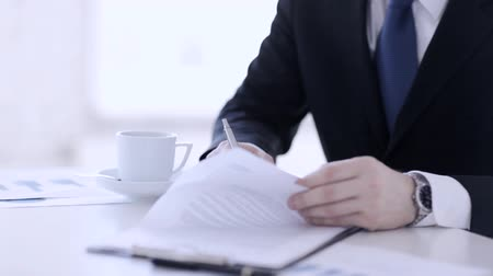 anlaşma : man in suit and tie signing a contract Stok Video