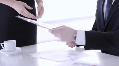 банк : man in suit and tie signing a contract Стоковые видеозаписи