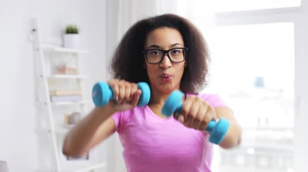 trabalhar fora : fitness, sport, training and people concept - happy african woman exercising with dumbbells at home