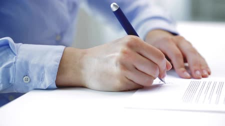 tratar : business, deal and people concept - businesswoman with pen signing contract document at office Vídeos