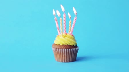 пять : holiday, celebration, greeting and party concept - birthday cupcake with five burning candles over blue background