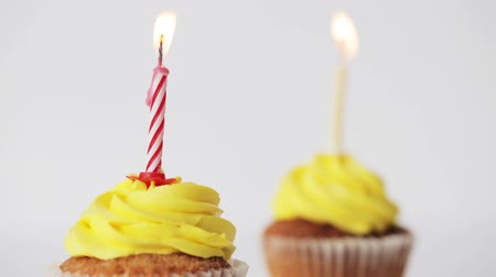 dois objetos : birthday cupcakes with burning candles