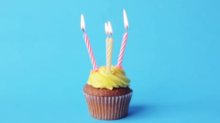 queque : birthday cupcake with four burning candles Vídeos