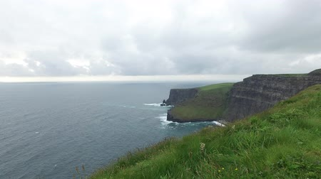 İrlanda : cliffs of moher and atlantic ocean in ireland  46 Stok Video