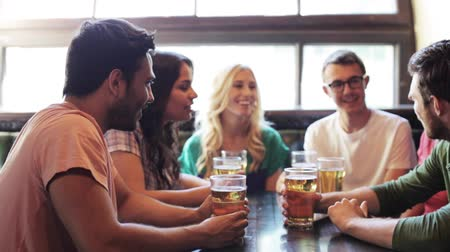 вешать : happy friends drinking beer at bar or pub