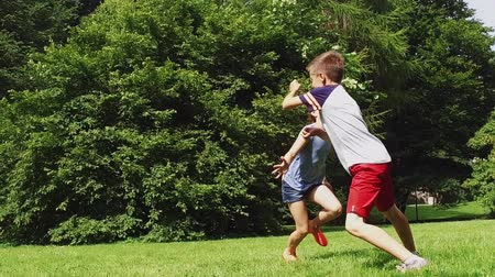 etiqueta : happy kids running and playing tag game outdoors