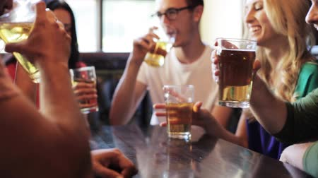 cerveja : happy friends drinking beer at bar or pub