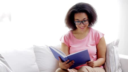 espetáculos : african american young woman reading book at home