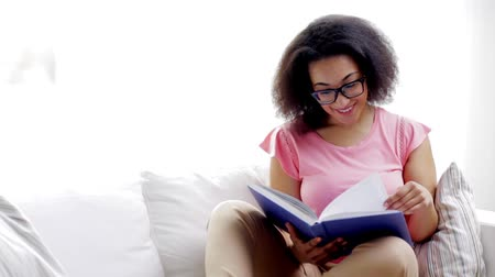 livro : african american young woman reading book at home