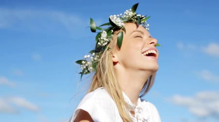 śmiech : smiling young woman in wreath of flowers laughing