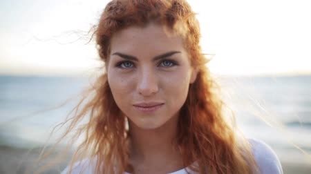 vöröshajú : happy young redhead woman face on beach