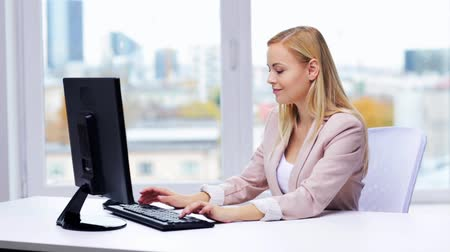 bizneswoman : businesswoman with computer typing at office