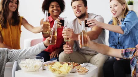 bebida alcoólica : friends with drinks and snacks talking at home