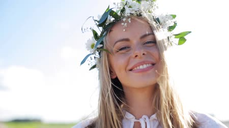 despreocupado : smiling young woman in wreath of flowers outdoors