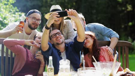 пикник : friends taking selfie at party in summer garden Стоковые видеозаписи