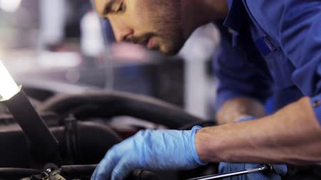 winkelen : mechanic man met moersleutel herstellen auto op workshop 58