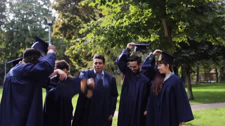 čepice : happy students throwing mortar boards up