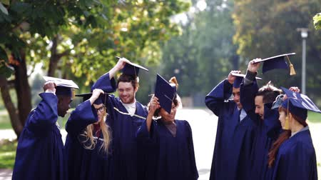 шляпа : happy students throwing mortar boards up