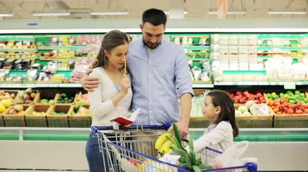 lojas : family with food in shopping cart at grocery store