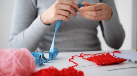 bordado : woman knitting with needles and red yarn