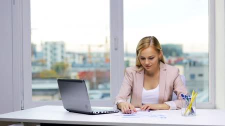 ура : smiling businesswoman with laptop and papers Стоковые видеозаписи