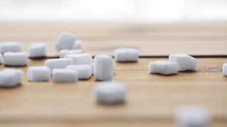 глыба : close up of white sugar on wooden board or table