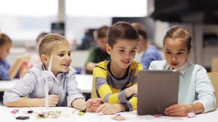 učit se : kids with tablet pc programming at robotics school
