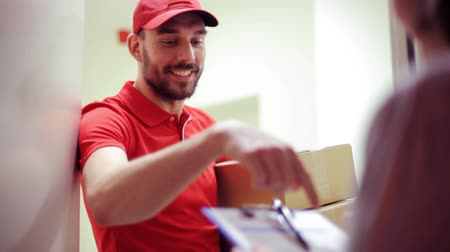 postacı : happy man delivering parcel boxes to customer home