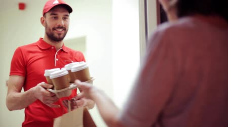 фастфуд : man delivering coffee and food to customer home