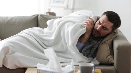 грипп : ill man with thermometer having flu at home