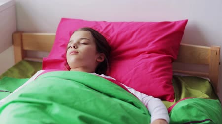 pré adolescente : girl sleeping in her bed at home