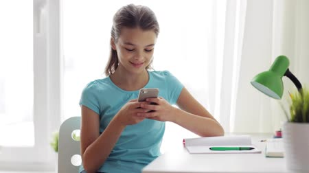 pré adolescente : girl with smartphone distracting from homework
